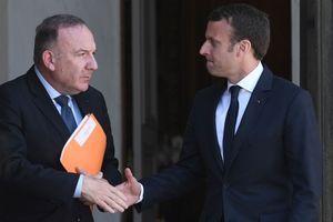 Poignée de main entre Emmanuel Macron et Pierre Gattaz, le 23 mai 2017 sur les marches de l'Elysée.