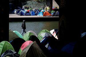 Un campement de migrants installé sur le bord du canal Saint-Denis à Paris, le 6 avril dernier.