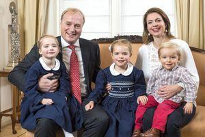La photo de la carte de Noël du prince Carlos et de son épouse la princesse Annemarie, avec leurs trois enfants Luisa, Cécilia et Carlos, prise le 5 décembre 2017.