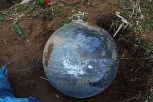 Une des trois sphères métalliques qui se sont écrasées au Vietnam.