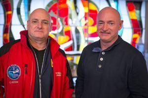 Scott Kelly (gauche) et Mark Kelly