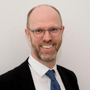Julian Harrison, expert en manuscrits médiévaux à la British Library.