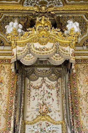 Impériale du lit à la duchesse de la Grande Chambre de la reine au château de Versailles. Le mobilier de la chambre avait été renouvelé pour Marie-Antoinette