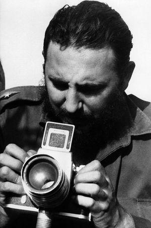 Fidel Castro prend une photo.