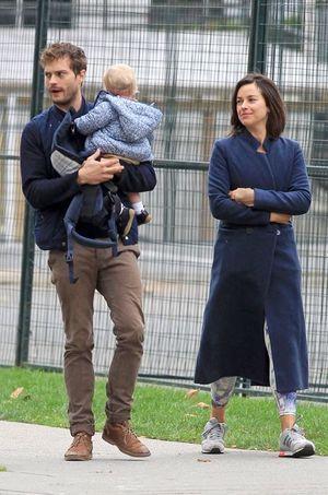 """Dans la """"vraie vie"""", Jamie Dornan est un père comblé auprès de sa petite famille. Ici avec sa femme, Amelia Warner, et leur fille Dulcie"""