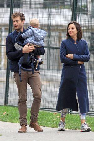 Amelia Warner et Jamie Dornan en famille, avec leur petite Dulcie. À Vancouver en octobre 2014.