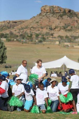 Les princes Harry et Seeiso avec des jeunes lors de l'inauguration du Centre pour enfants Mamohato au Lesotho le 26 novembre 2015