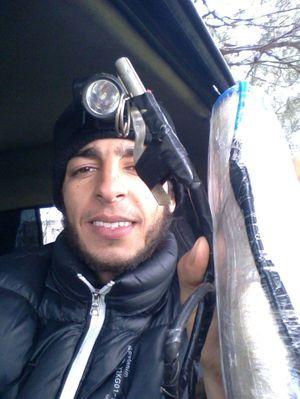 Sur cette photo postée sur son profil Facebook, Abou Mehdi exhibe fièrement sa ceinture d'explosifs et la gâchette pour son kit d'attentat suicide.