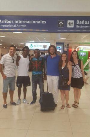 Bayan retrouve son frère Muntala à l'aéroport.