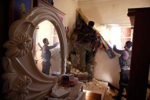 Des Kurdes du PKK et rebelles syriens tiennent une position de tir dans une ancienne chambre d'enfant.
