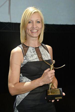 Alexandra Lamy avec son prix de la Meilleure interprétation féminine.