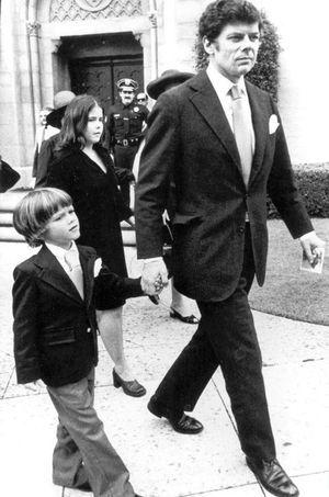 Andrew Getty et son père Gordon aux funérailles du patriarche J. Paul Getty en 1976.