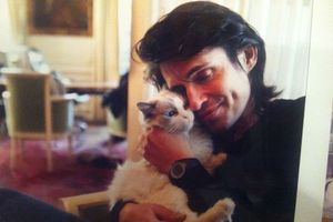 Arno dans son appartement parisien avec Heaven, son chat Ragdoll.