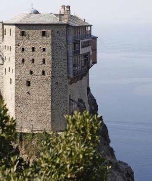 Les monastères conçus comme des bâtisses fortifiées surplombent les falaises.