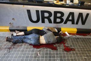 Deux corps gisent au sol dans le centre commercial.
