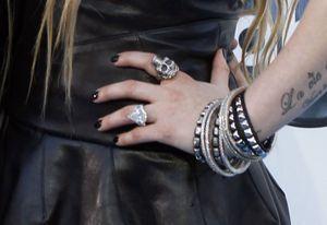 L'impressionnante bague de fiançailles d'Avril Lavigne.
