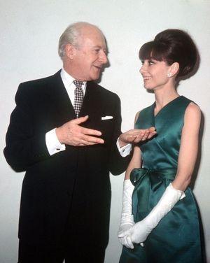 Cecil Beaton discutant avec Audrey Hepburn lors d'une séance photo à Londres pour My Fair Lady, en 1965.