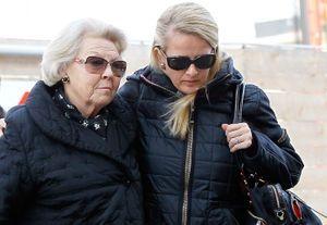 La reine Beatrix et Mabel, à l'hôpital autrichien où Friso est plongé dans le coma, le 18 février 2012.
