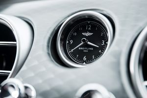 Comme le veut la tradition, l'horloge embarquée est signée Breitling.