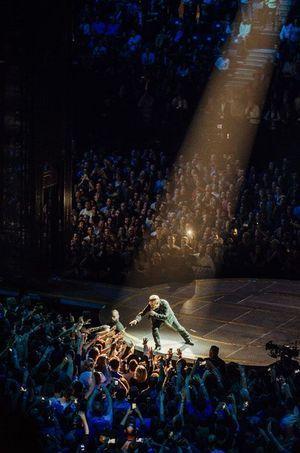 Bono sur scène à Bercy