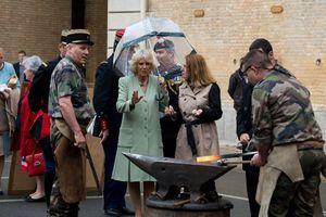Dans la caserne de la Garde républicaine, Camilla découvre la forge de campagne.