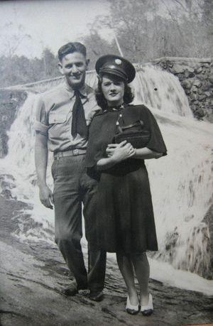 """Le sergent John Wilkes et Bettie sont fiancés. Ils sont photographiés devant une chute d'eau, près de Bedford. Pour eux, c'est """"le temps de l'insouciance""""."""