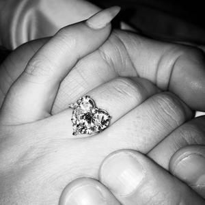 Lady Gaga dévoile sa bague de fiançailles