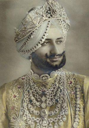 La maharadjah sir Yadavindra Singh dans les années 40 avec un des colliiers de parade en diamant et en platine.
