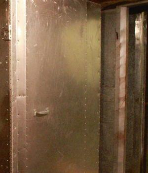 Mur acoustique fait de cônes en fibre de verre de 1 mètre d'épaisseur et d'une double paroi d'acier de 30 centimètres de béton.
