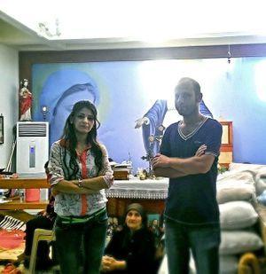 Sandra, 26 ans, pharmacienne, et son frère Steven, 28 ans, ingénieur, dans l'église Mart Shmoni, mardi 12 août. Réfugiés de Qaraqosh depuis le 7 août, ils avaient déjà été blessés lors d'attentats visant les chrétiens en 2010.