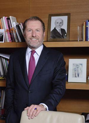 Guillaume de Seynes, directeur général d'Hermès et vice-président du Comité Colbert, pose devant le portrait de Robert Dumas. Gendre du fondateur d'Hermès, il en fut un dirigeant marquant.