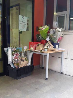 Des fleurs et des messages ont été déposés devant le commissariat du XIème arrondissement de Paris.