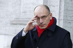 Enrico Letta sort de chez lui, vendredi matin, à Rome. Il doit remettre sa démission au président de la République.