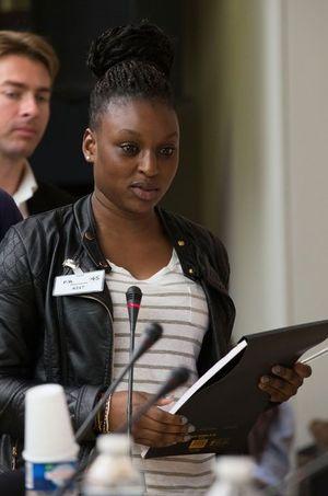 Fatima, lycéenne à Noisy-le-Sec, interroge Benoist Apparu et Karima Delli.