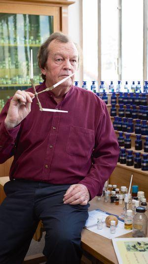 Au siège de la maison Caron, à Bezons, Richard Fraysse devant son orgue à parfums.