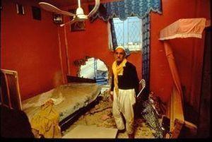 Dans une pièce détruite