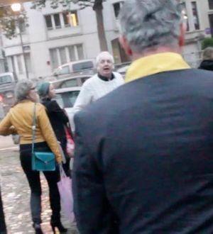 Noël Godin, en pull blanc, à la sortie du collège Saint-Michel.