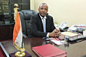 Hassoumi Massaoudou, ministre de l'Intérieur du Niger dans son bureau à Niamey le 19 février 2016