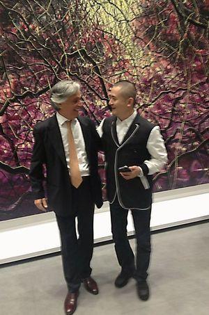 Le commissaire de l'exposition Henry Périer et l'artiste Zeng Fanzhi.