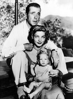Humphrey Bogart, Lauren Bacall et leur fils Stephen dans leur maison de Laurel Canyon, à Los Angeles.