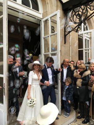 Julie et Benjamin à la sortie de la mairie.