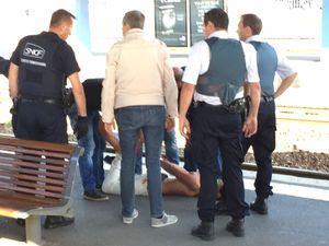 Le tireur maîtrisé par les policiers.