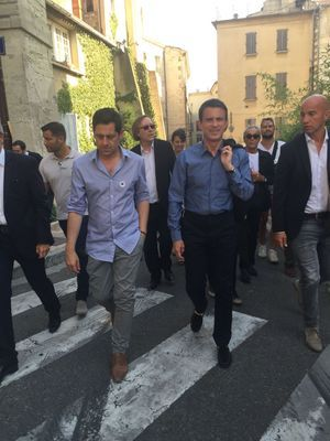 Manuel Valls dans les rues d'Avignon.