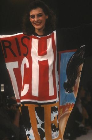 Inès de la Fressange en robe Castelbajac en 1982.