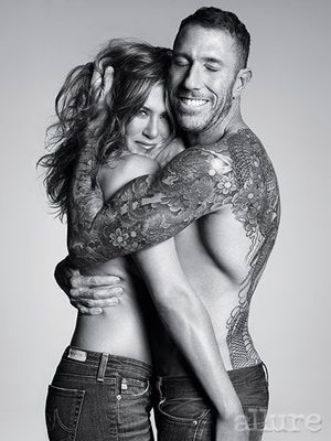 Jennifer Aniston, topless dans les bras de son coiffeur