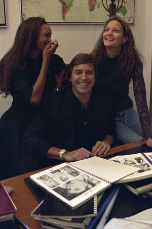 En 1994, dans son bureau new-yorkais en compagnie de deux mannequins, Beverly Peele, à gauche, et Claudia Mason, riant, en parcourant ensemble le catalogue de l'agence.