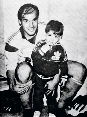 Adrien à 3 ans dans les bras de son père, défenseur latéral à l'OM.