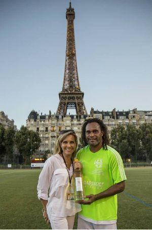Christian Karembeu et Marie-Laure Buisson prêts à déguster une bouteille d'Esprit de Corps*, le vin produit et mis en bouteille par les vétérans de la Légion