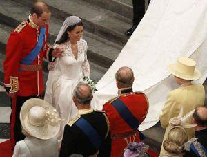 Kate Middleton et le prince William, devant la reine, lors de leur mariage en 2011.