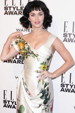 Le 18 février, aux ELLE Style Awards, Katy Perry portait une belle bague à l'annulaire gauche, alimentant les rumeurs de fiançailles.